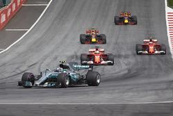 Валттери Боттас, Mercedes AMG F1 W08, Себастьян Феттель и Кими Райкконен, Ferrari SF70H