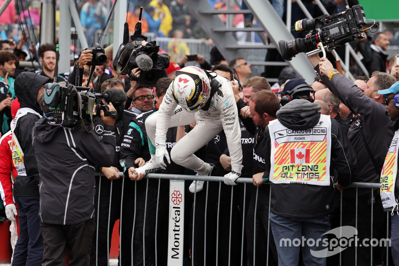 Lewis Hamilton, Mercedes AMG F1, festeggia in parco chiuso