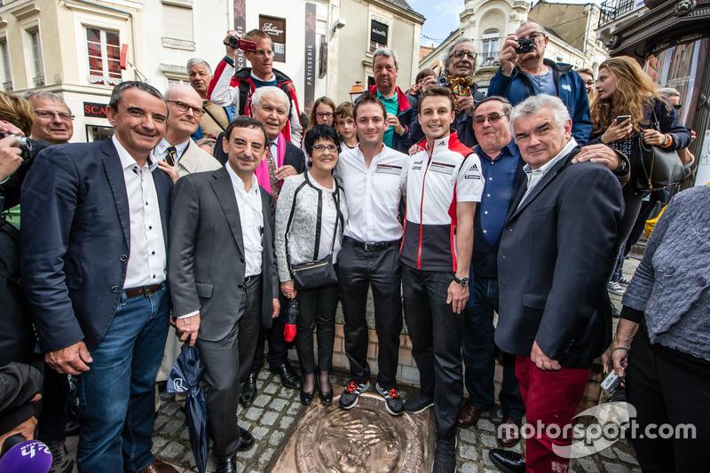 Церемонія відбитків долонь: переможці 24-х годин Ле-Мана 2015 року НІк Тенді та Ерл Бамбер, Porsche Team, з президентом ACO П'єрром Фійоном та мером міста Ле-Ман