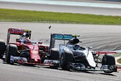 Kollision: Kimi Räikkönen, Ferrari SF16-H; Nico Rosberg, Mercedes AMG F1 W07 Hybrid