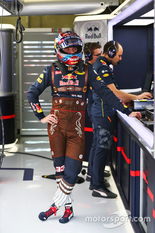https://cdn-3.motorsport.com/images/mgl/Y9vnNmG6/s8/f1-austrian-gp-2016-max-verstappen-red-bull-racing-in-lederhosen-race-suit.jpg