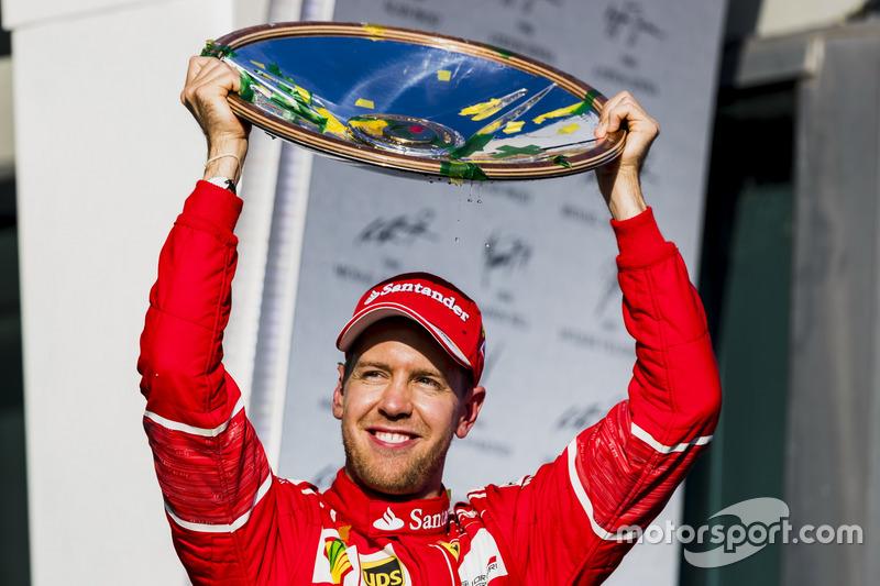 Podium: 1. Sebastian Vettel, Ferrari, mit Trophäe