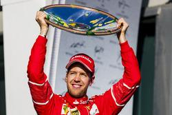 Sebastian Vettel, Ferrari con su trofeo