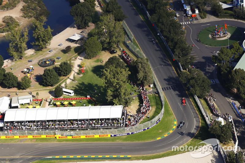 Lewis Hamilton, Mercedes AMG F1, W08; Sebastian Vettel, Ferrari SF70; Valtteri Bottas, Mercedes AMG