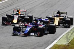 Daniil Kvyat, Scuderia Toro Rosso STR12, Nico Hulkenberg, Renault Sport F1 Team RS17, Daniel Ricciardo, Red Bull Racing RB13