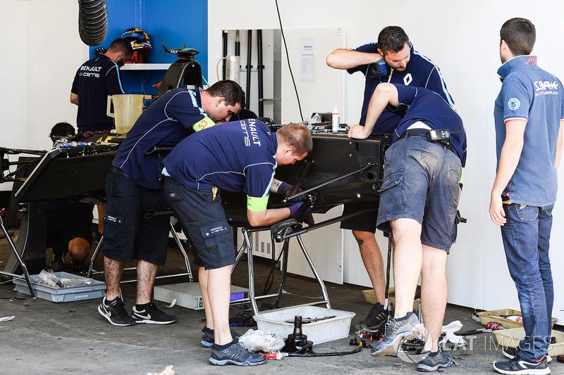 Renault eDAMS mecánicos preparan un nuevo coche para Sébastien Buemi, Renault e.Dams