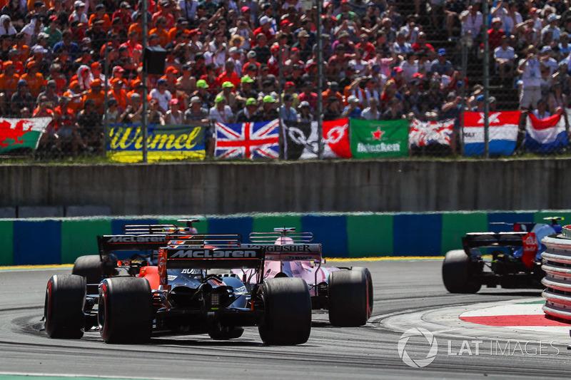 Sergio Perez, Force India VJM10, Fernando Alonso, McLaren MCL32