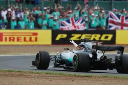 Lewis Hamilton, Mercedes AMG F1 W08, y la multitud después de la victoria