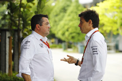 Eric Boullier, Racing Director, McLaren, parla con Toto Wolff, Direttore Esecutivo Mercedes AMG F1