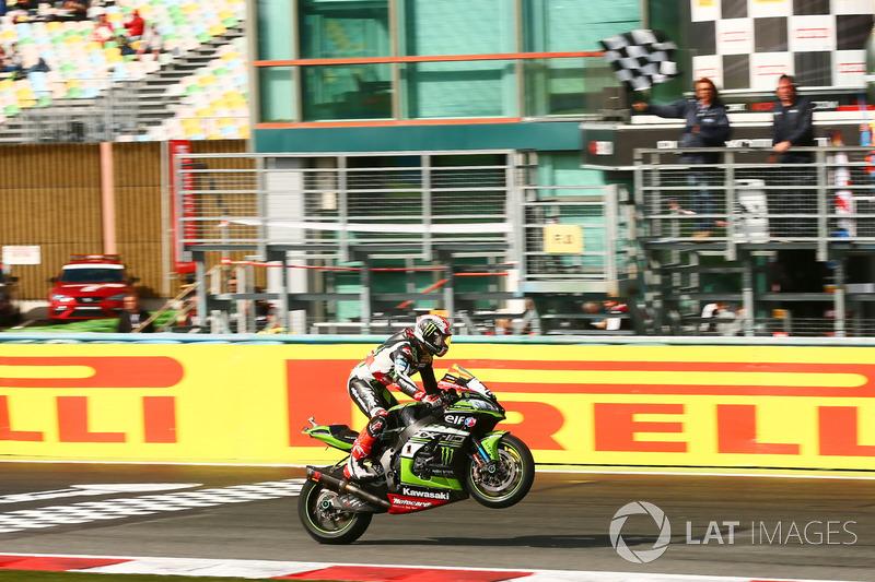 2017 campeón Jonathan Rea, Kawasaki Racing se lleva la victoria