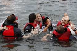 El equipo de balsa de McLaren celebra la victoria