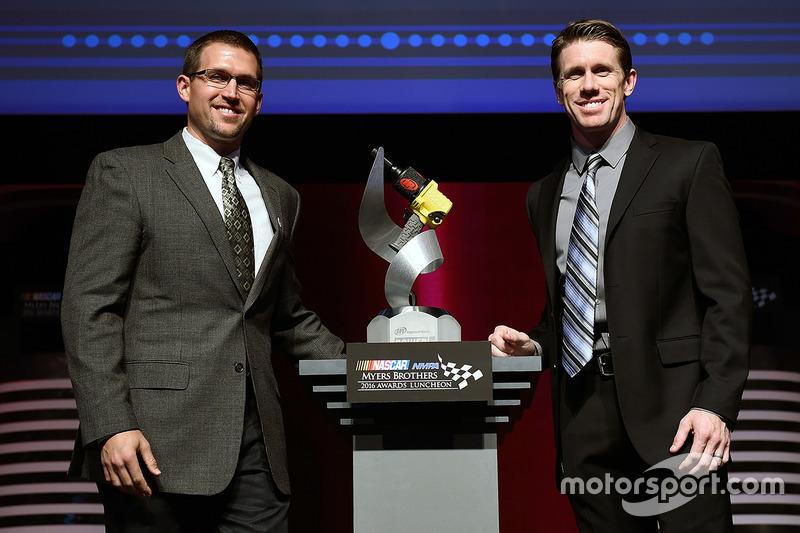 Eric Suro, Ingersoll Rand, y Carl Edwards, Joe Gibbs Racing Toyota posan con el premio Ingersoll Rand Power Move en el almuerzo NMCAR Premios Premios Myers de NASCAR