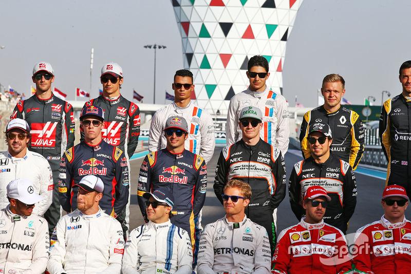 Pascal Wehrlein, Manor Racing y Esteban Ocon, Manor Racing en la fotografía de grupo de pilotos de final de la temprada