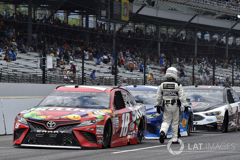 Kyle Busch, Joe Gibbs Racing Toyota, Martin Truex Jr., Furniture Row Racing Toyota, Kevin Harvick, Stewart-Haas Racing Ford