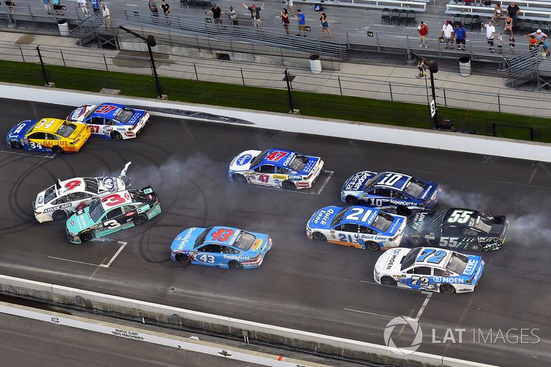 7. Austin Dillon, Richard Childress Racing Chevrolet, Trevor Bayne, Roush Fenway Racing Ford choque