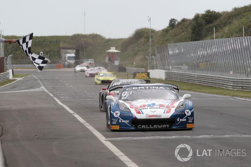 Zielflagge für #77 Callaway Competition, Corvette C7 GT3-R: Jules Gounon, Renger van der Zande