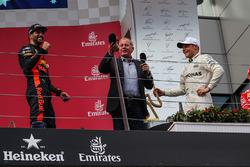 Podium: ganador, Valtteri Bottas, Mercedes AMG F1, tercero, Daniel Ricciardo, Red Bull Racing, Martin Brundle, Sky TV