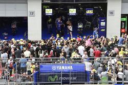 Fans vor der Box von Yamaha Factory Racing