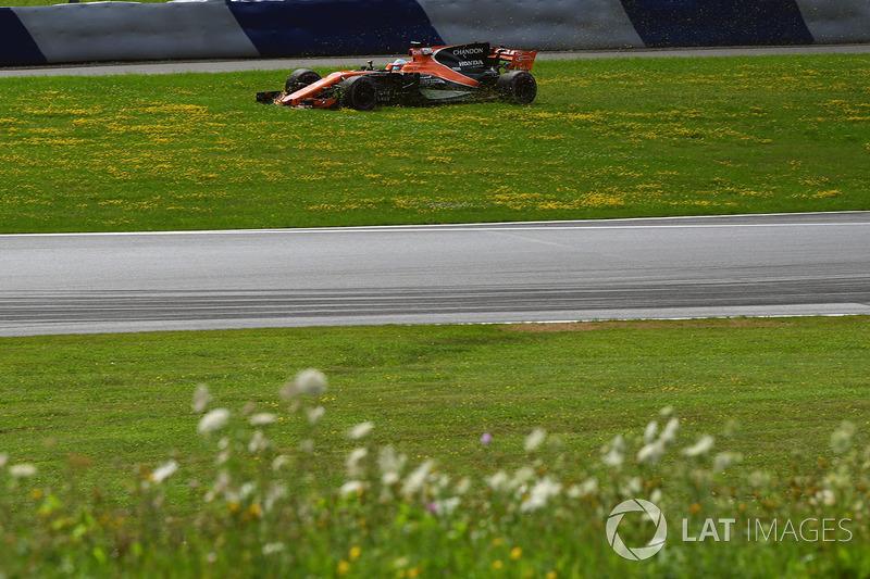Фернандо Алонсо, McLaren MCL32, їде по на траві