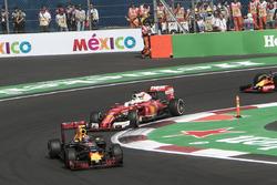 Max Verstappen, Red Bull Racing RB12 y Sebastian Vettel, Ferrari SF16-H
