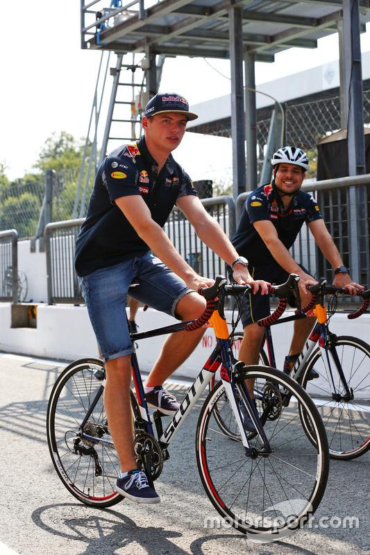 Max Verstappen, Red Bull Racing, in bici per l'autodromo