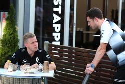 Кевин Магнуссен, Renault Sport F1 Team и Стоффель Вандорн, тестовый и резервный пилот McLaren