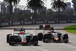 Esteban Gutierrez, Haas F1 Team VF-16 and Carlos Sainz Jr., Scuderia Toro Rosso STR11 battle for position