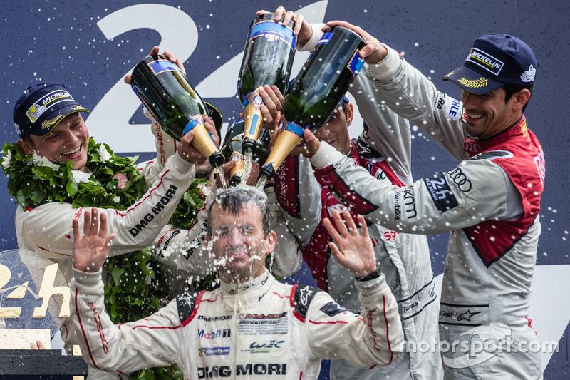 LMP1 podium: Ganadores #2 Porsche Team Porsche 919 Hybrid: Romain Dumas baño de Champagne