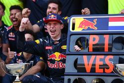 Переможець Макс Ферстаппен, Red Bull Racing, свяькує з командою