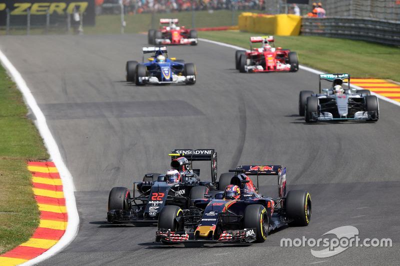 Daniil Kvyat, Scuderia Toro Rosso STR11 e Jenson Button, McLaren MP4-31 lottano per la posizione