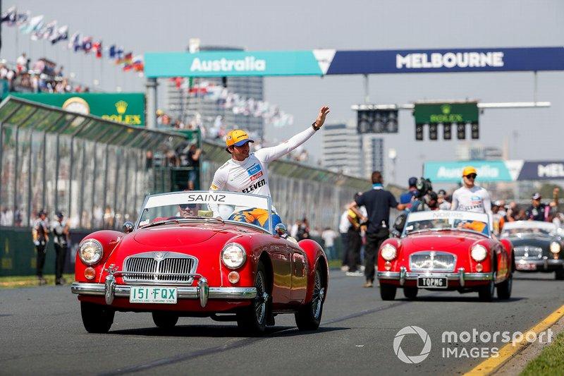 Carlos Sainz Jr., McLaren, en el desfile de pilotos