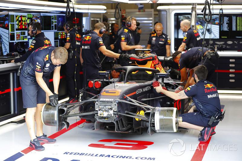 Les membres de Red Bull s'affairent sur la monoplace de Daniel Ricciardo Red Bull Racing RB14