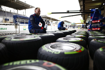 Сотрудник Scuderia Toro Rosso Honda и шины Pirelli
