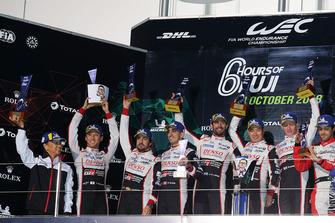 Podium LMP1: winnaars Mike Conway, Kamui Kobayashi, Jose Maria Lopez, Toyota Gazoo Racing met Shigeki Tomoyama, President Gazoo Racing, nummer twee Sebastien Buemi, Kazuki Nakajima, Fernando Alonso, Toyota Gazoo Racing