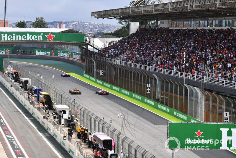 Esteban Ocon, Racing Point Force India VJM11, Fernando Alonso, McLaren MCL33 and Marcus Ericsson, Sauber C37 battle