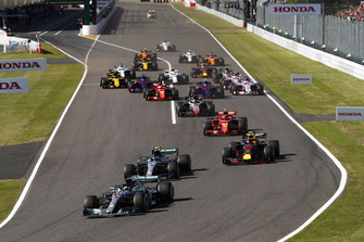 Start action, Lewis Hamilton, Mercedes AMG F1 W09, leads Valtteri Bottas, Mercedes AMG F1 W09 and Max Verstappen, Red Bull Racing RB14