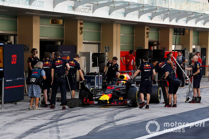 Pierre Gasly, Red Bull Racing RB14, s'arrête à son stand
