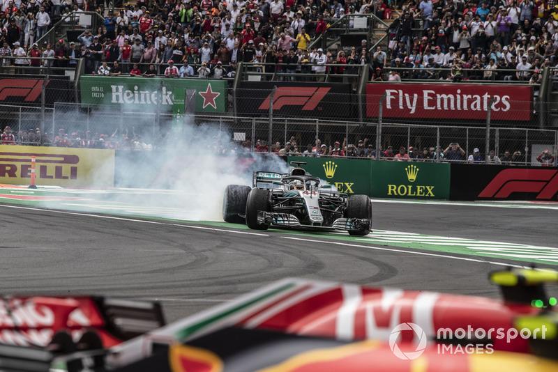 Lewis Hamilton, Mercedes-AMG F1 W09 EQ Power + celebra con donuts