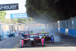 Сэм Бёрд, DS Virgin Racing Formula E Team лидирует в первом повороте