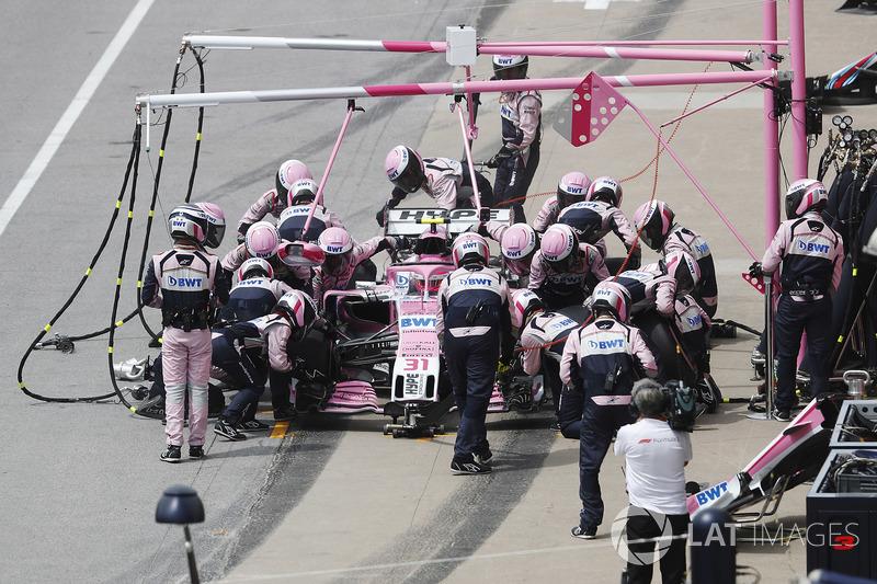 Esteban Ocon, Force India VJM11, hace un pit stop