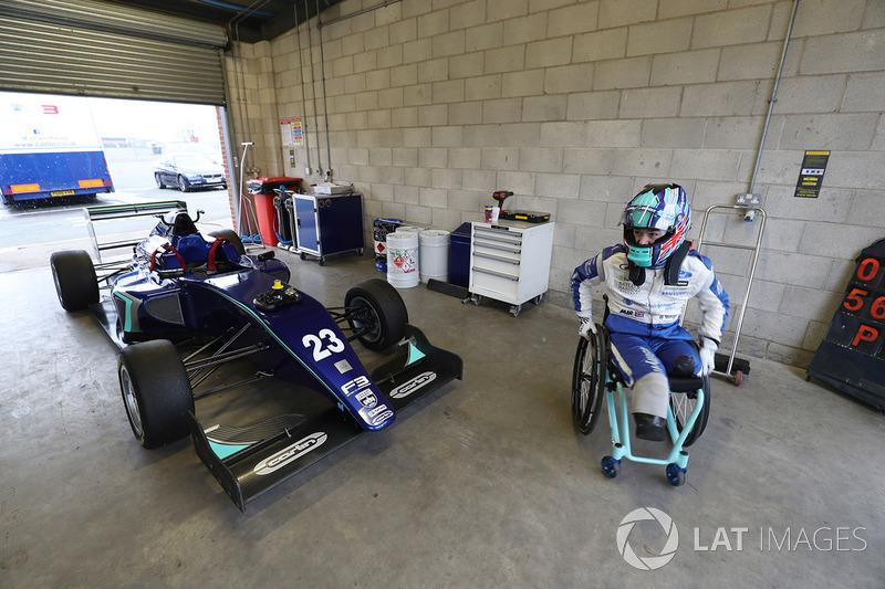 10. Billy Monger vuelva al auto de carreras probando un auto  Carlin run MSV Fórmula 3 car