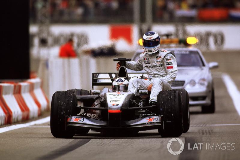 Barcelona 2001 : David Coulthard (McLaren) lleva a Mika Häkkinen (McLaren)