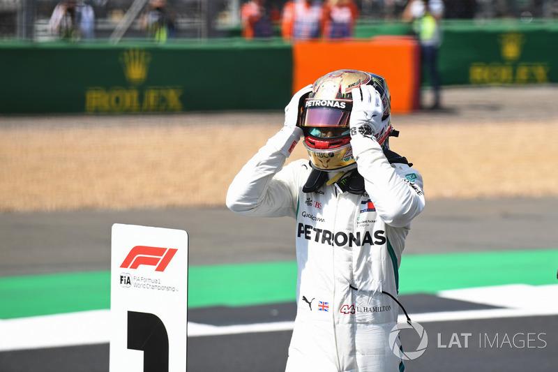 Lewis Hamilton, Mercedes-AMG F1, festeggia la pole position nel parco chiuso