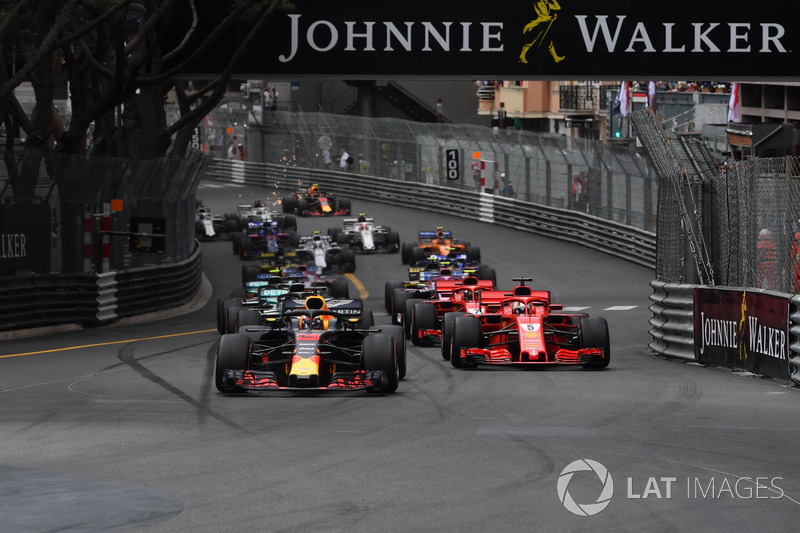 Daniel Ricciardo, Red Bull Racing RB14 lidera a Sebastian Vettel, Ferrari SF71H al inicio