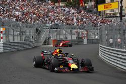 Daniel Ricciardo, Red Bull Racing RB14, devant Sebastian Vettel, Ferrari SF71H