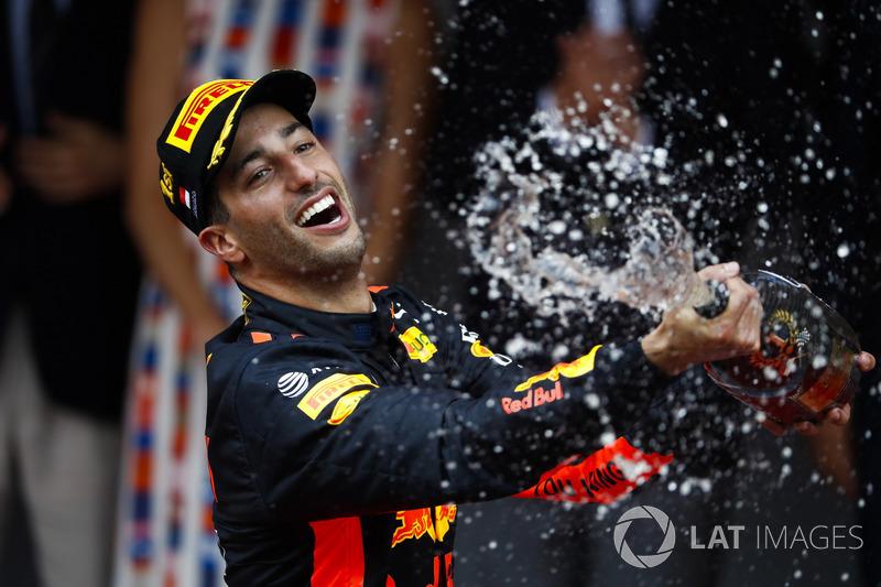 Il vincitore della gara Daniel Ricciardo, Red Bull Racing, spruzza lo champagne sul podio
