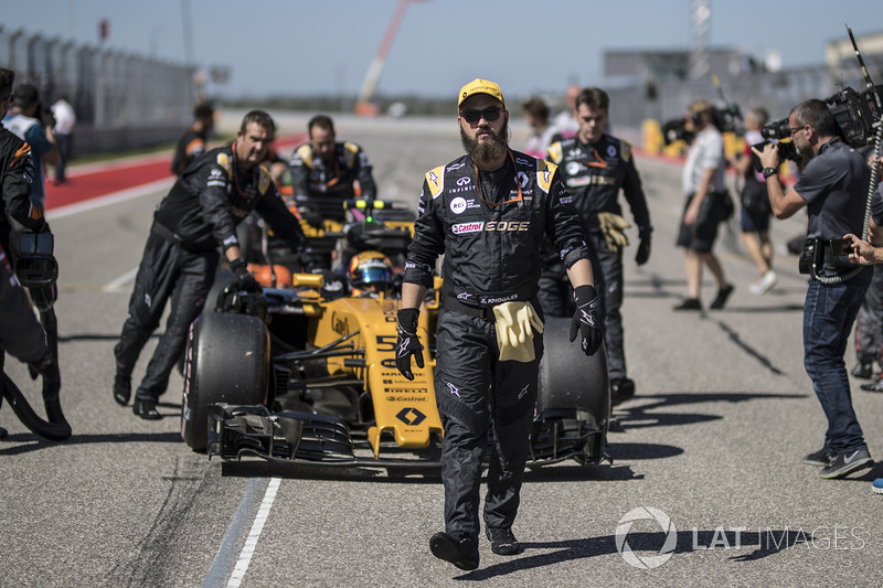 Carlos Sainz Jr., Renault Sport F1 Team RS17, mechanics