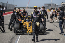 Carlos Sainz Jr., Renault Sport F1 Team RS17, mechanics