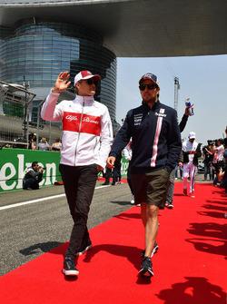 Marcus Ericsson, Sauber y Sergio Pérez, Force India  en el desfile de pilotos