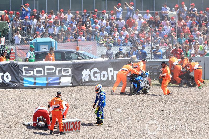 Alex Rins e Pol Espargaro dopo l'incidente